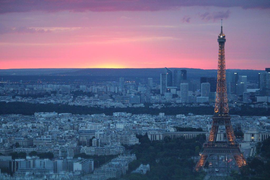 Foto da Torre Eiffel, em Paris, ao pôr do sol.