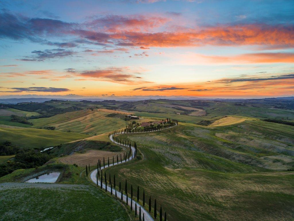 Paisagem da Toscana, na Itália, ao pôr do sol.