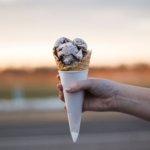 Homem segurando casquinha de sorvete