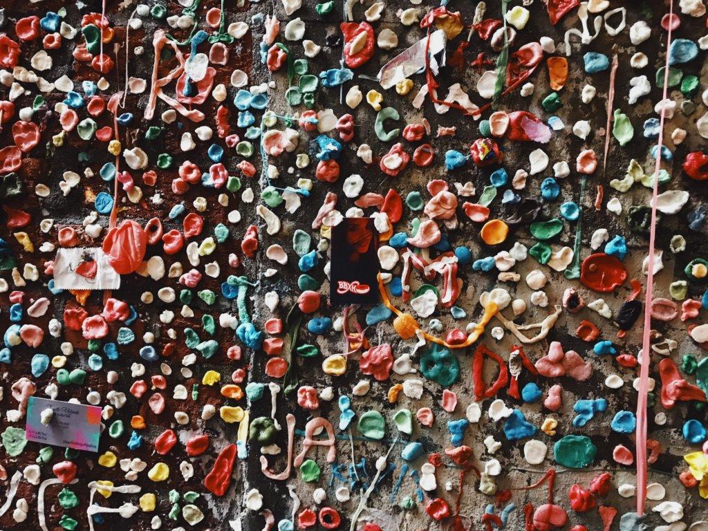 Mural com chicletes colados