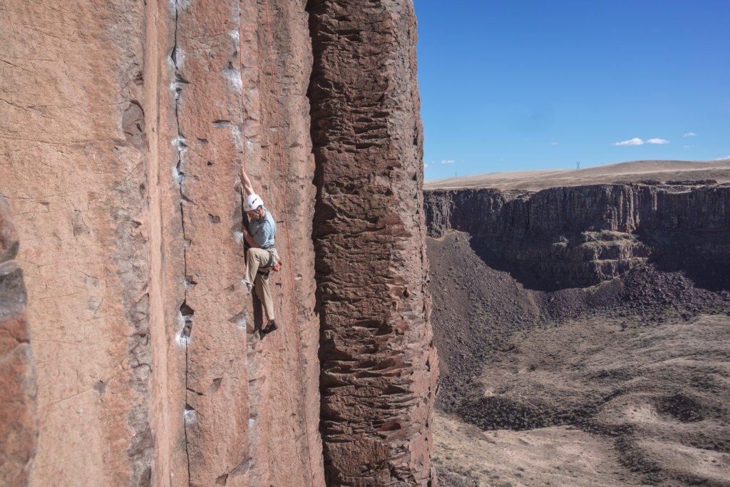 Esportista no meio de uma escalada