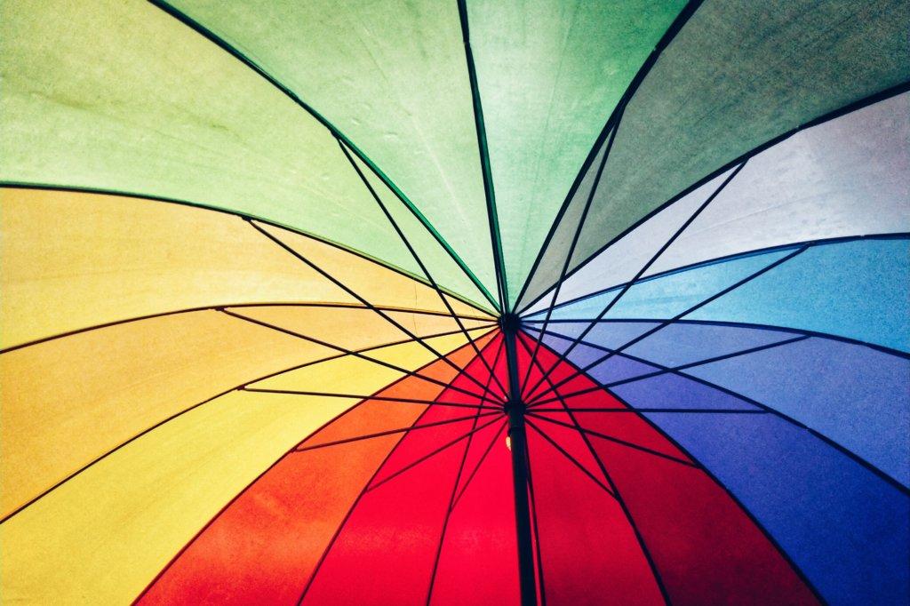 Foto mostra a rica paleta de cores de um guarda-chuva.
